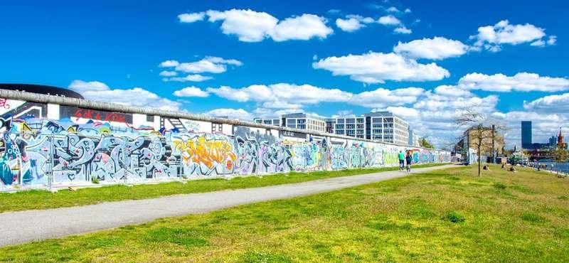 CityGames Berlin: Grünstreifen zwischen Mauer und Spree